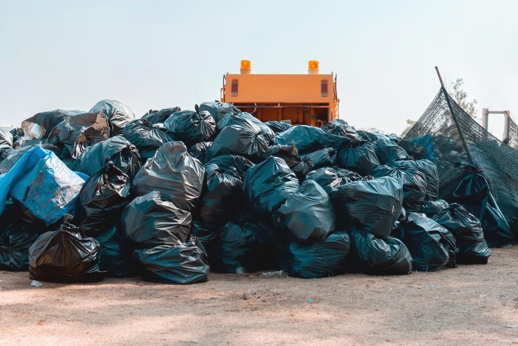 tumpukan sampah menggunung